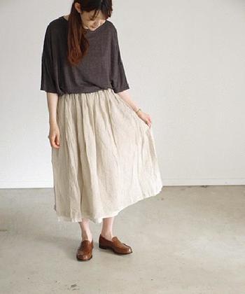 リネンのクシュッとした質感が可愛いロングスカート。インナーにコットンリネン地の異なる素材を使っているため、裾から少し覗かせたデザインが重ね着をしているように見えます。シンプルでありながらも小技を効かせたアイテムです。