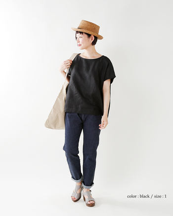 リネンツイルのノーカラープルオーバーブラウスは、ベーシックな形でトレンドに流されることがないデザインです。Tシャツ感覚で着る事ができ、リネンならではの風合いで大人の洗練された雰囲気へとグレードアップします。