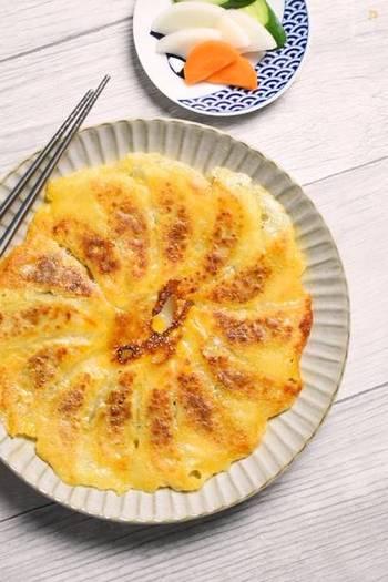 """最後にご紹介するのは、チーズをつかった""""ちょっと変わった""""羽根つき餃子。カリカリで濃厚な餃子を楽しみたい方はぜひ、お試しあれ。"""