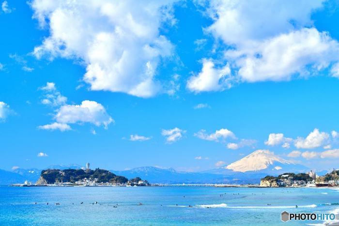 風情のある古民家カフェなどが楽しめる鎌倉と一緒に行きたい江ノ島。島とはいえ都心からは約1時間、思い立った時にさっと行ける手軽さが魅力です。目の前に広がる青い空と空が、一気に夏らしい気分にさせてくれます。