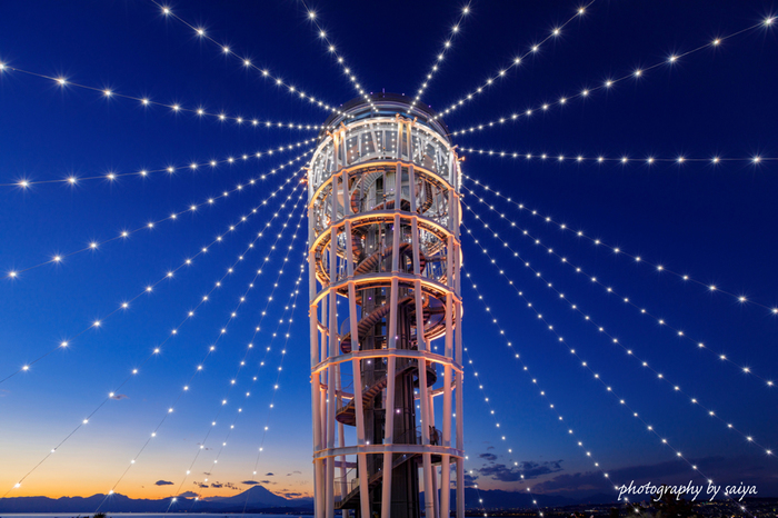 江の島に行ったら訪れたいのが、シンボル的存在の展望灯台「江の島シーキャンドル」。江の島海岸を一望できる大パノラマの景色が広がり、天気がいい日は富士山ものぞめます。夜はライトアップされ、幻想的な雰囲気と夜景を楽しむこともできます。