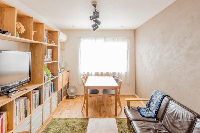 壁面いっぱいに棚を設けてありますが、無垢床やインテリアと色も合っていて圧迫感はありませんね。明るくて開放的に感じられます。