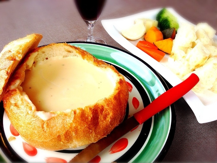 「ふらの風チーズフォンデュ」もおすすめです。富良野で収穫された野菜とチーズとの相性は抜群です。また、チーズフォンデュの入れ物となっているパンもしっとりしており、最後までおいしくいただくことができます。