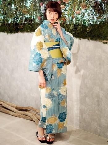 グレイッシュな青と生成りをベースに渋い辛子や鶯色が差し色になった類似色構成の浴衣です。コントラストがきつすぎず控えめなので、着る人の雰囲気によってキュートor凛とした雰囲気など印象も様々。