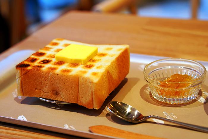 浅草の「ペリカン」といえば、食パンとロールパンの二種類のみを扱うパン屋さんとして有名ですが、こちらのカフェでは、その食パンを炭火で焼いた「炭焼きトースト」を味わうことが出来ます。 食べ応え抜群の厚みのあるトーストは、遠赤外線で焼き上げることで、外はカリッと香ばしく、中はもちもちとした食感に!