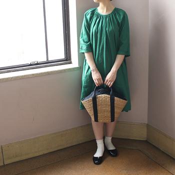新緑のようなグリーンのリネンワンピースには、ナチュラルなカゴバッグとの組み合わせが可愛い!