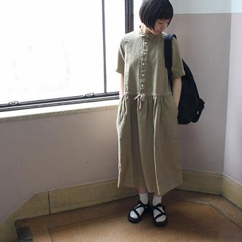 生地は高密度に打ち込んだ上質なリネンを使用し、程よい厚みがあるワンピース。小ぶりの襟とルーズ感のあるデザインがキュート♡カジュアルな着こなしでのお出かけに。
