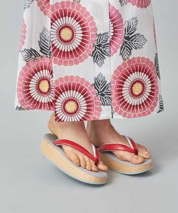 """夏着物風に浴衣を着た場合、注意したいのは足元です。足袋さえ履けばOKではなく、ホテルなどの場合は履物が歯のついた下駄だとNGな場合もあるようです。草履か下駄であっても、できればこの写真のように底が平な""""船底""""と呼ばれるタイプを合わせるようにしましょう。"""