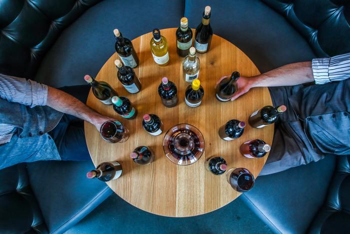 妻から離婚を言い渡されて独り身となった冴えないワイン好きの中年男が、結婚を目前に控えたプレイボーイの親友のために、カルフォルニアへワインの旅を計画することから物語ははじまります。