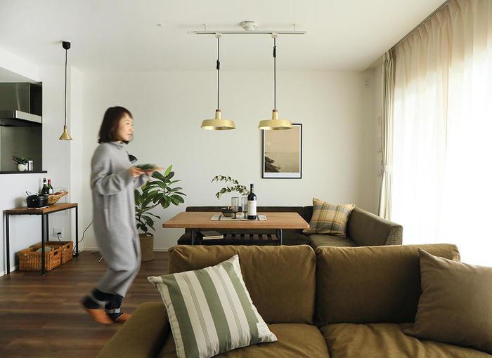 ダイニングを居心地よくするためには、レイアウトも重要です。狭さを克服するコツは、「視線の抜け」を意識すること。背の高い家具の位置を部屋の入口付近に変えるだけでも、視線を遮るものがなくなり、圧迫感が軽減されます。また、ダイニングテーブルとリビングのソファのラインをそろえれば、まとまった床面が広さを感じさせ、スムーズな動線も確保でき一挙両得です。