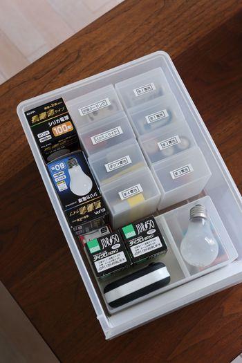 ポリプロピレンケースで小分け収納すれば、どの電池をストックしているのか一目瞭然!電球も一緒に保管すると、取り替えるたびに、どの電池や電球を買い足す必要があるのか把握できます。