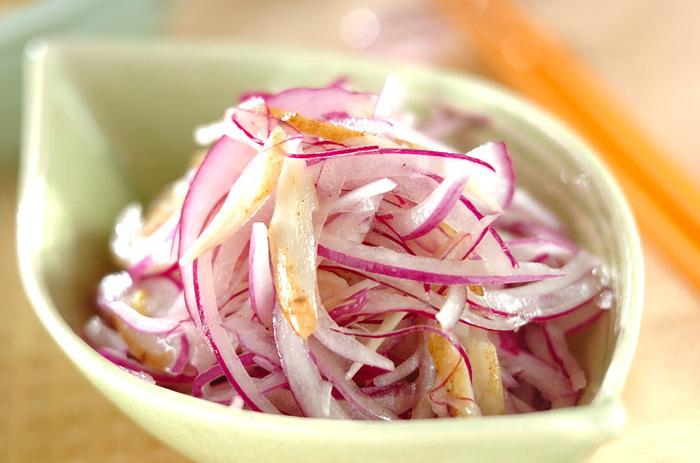 ごぼうサラダにはマヨネーズを使わないレシピもあります。こちらは人参の代わりに紫玉ねぎを使い、ドレッシングで和えたレシピ。レモン汁、オリーブオイル、はちみつ、などを使ったさっぱりドレッシングのおかげでさっぱりシャキシャキ!夏バテ気味で食欲がない日もどんどん箸がすすみそう♪