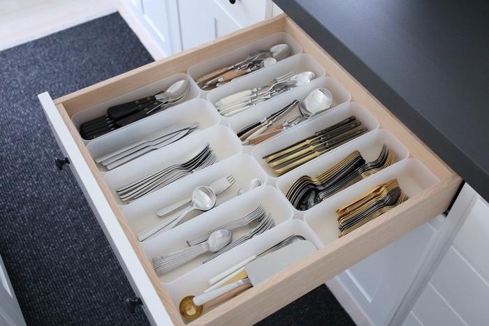 スプーンやフォーク、ナイフなどのカトラリー類は、ゴチャゴチャしてしまいがち。 ポリプロピレンケースで収納時からデザインごとに分類しておけば、使うときにペアのカトラリーをすぐ取り出せます。