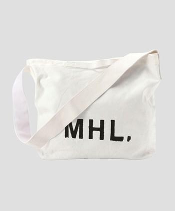 キナリノ読者の間でも人気の高いブランド「MHL.(エムエイチエル)」は、イギリスのブランド「MARGARET HOWELL(マーガレットハウエル)」のカジュアルラインです。ここのトートバッグも極めて優秀です。写真のトートバッグの特徴はハンドルが2Way仕様で、腕にかけるハンドルと、ショルダーが両方付いているところ。また、洗いざらいの適度なしわ感がさらに素材の良さを引き立て、シンプルでインパクトのあるロゴによってコーデのアクセントとしても取り入れやすいデザインとなっています。