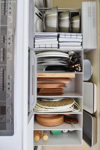使用頻度が高いキッチン用品は、上に重ねしまうと、取り出すのも片づけるのも手間取ります。 ファイルボックスを利用して立てて収納すれば、使いたいアイテムが一目瞭然に。収納するのが簡単になるだけでなく、不ぞろいのアイテムがきっちり収納できるのですっきりとした気分に◎