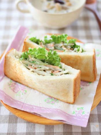 ごぼうサラダはパンに挟んでももちろんおいしい♪市販のごぼうサラダを使いますが、マスタードを加えてアレンジした新鮮な味わいです。サラダとパンを同時に食べられる、忙しい朝やお弁当にも嬉しいメニュー。