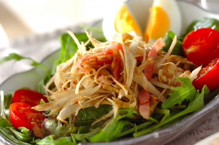 こちらはベーコンが入った洋風のごぼうサラダです。とはいえマヨネーズは不使用。ハチミツと粒マスタードがまろやかなコクを出していますよ♪プチトマトを散らして彩りよく盛り付けましょう。