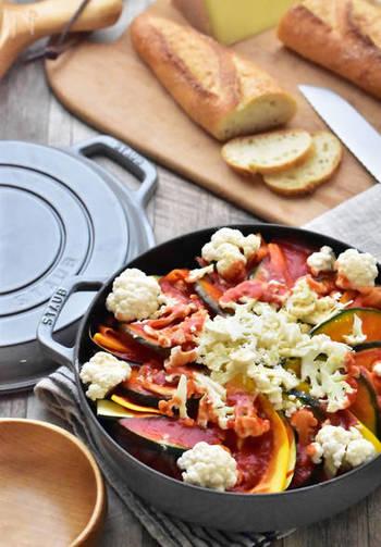 彩りも鮮やかな、野菜たっぷりのトマト鍋。ホームパーティや、野菜をしっかり取りたいときにおすすめの簡単でヘルシーな一品です。