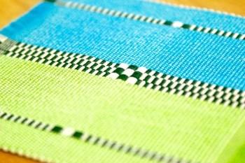 沖縄の伝統的な技法で織り上げたコースター。沖縄の海や自然を思わせるような美しい色合いですね。コップだけでなく、小物などを置いて、インテリア的に使うのもよさそう。