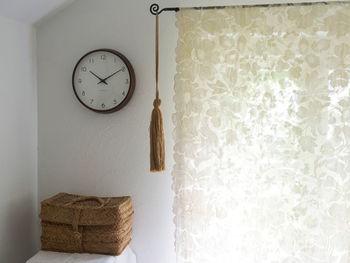 時計を木製に替えるだけで、壁面がやさしい表情に。手触りの良いブナの木を使用し、細めの秒針が穏やかに時を刻んでいきます。