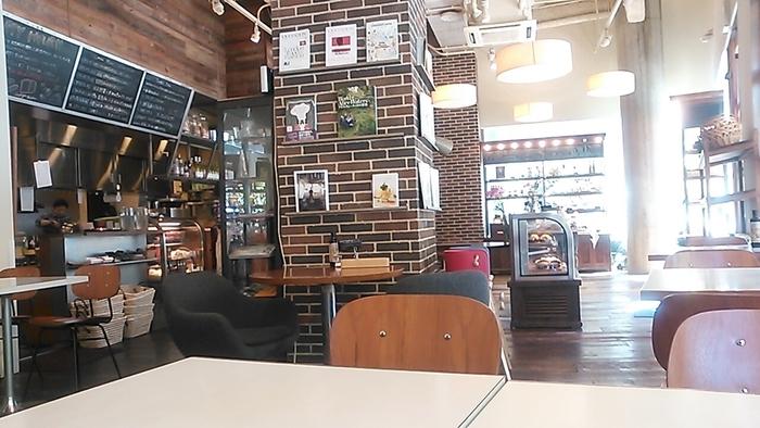パンやケーキの販売と、イートインスペースのある店内は、ナチュラルでおしゃれな雰囲気。