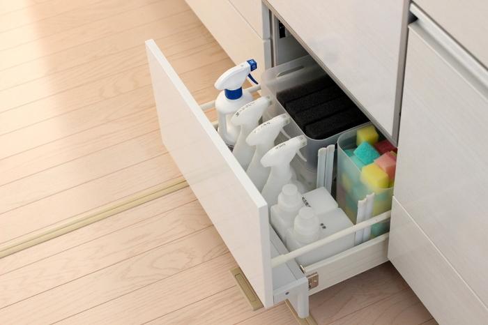 ポリプロピレンケースはスタッキングできるのも魅力◎深さのある引き出しを十分に活用することができます。 掃除グッズなどをパッケージから出してまとめて入れておけば、いろんな場所に置きがちな掃除道具もスッキリと片づきます。