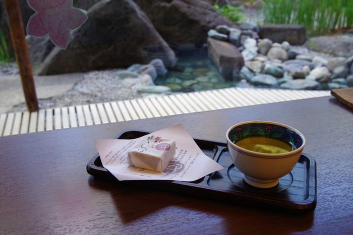 旅館に到着すると、お茶とお茶菓子で出迎えてくれる旅館があります。とくに初めて訪れる旅館に入るのはちょっぴり緊張するものです。女将さんや仲居さんからの歓迎の気持ちがうれしいですし、お茶が出されると緊張もほぐれますよね。初めて会う人や誰かを迎えるとき、歓迎の心遣いができると、気持ちの距離がぐっと縮まるかも。
