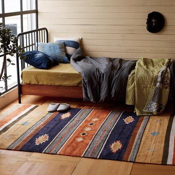 目覚めたらすぐには起き上がらず、ベッドの中で軽くストレッチを。気持ちよく伸びをするなど、徐々に体を温めていきましょう!