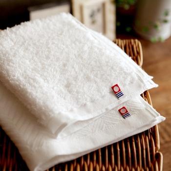 洗顔前は蒸しタオルを顔に乗せ、余分な皮脂や汚れを予め浮かせておくと◎。血行がよくなり、むくみも落ち着いてきますよ。