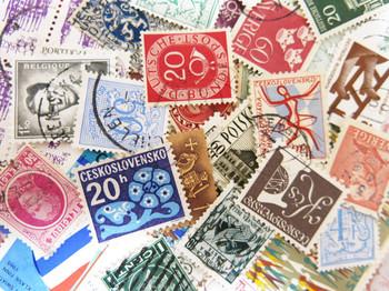レトロな雰囲気を添えてくれる外国切手はいかがでしょうか?ちょっと寂しさを感じるような余白にペタッと貼るだけで、華やかさをプラスしてくれますよ。