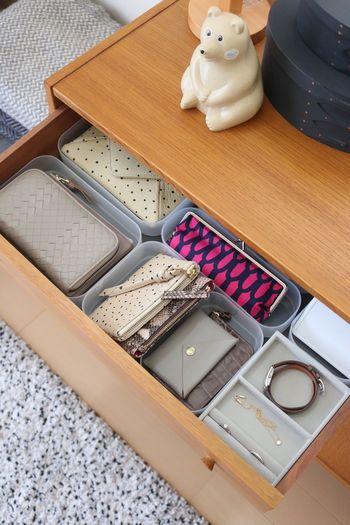 1日の中でも使用頻度が多いリビングのサイドボードの引き出し。こちらのブロガーさんは、無印良品や100円ショップのケースを使って細かく仕切っているそうです。 お財布やポーチ、腕時計とアクセサリー…さらには、たまにしか使わないショップカードなどもここに収納し、出かける時にその都度、必要なものだけを取り出し、お財布に入れるようにしているんだとか!  外から帰宅したら、まずバッグの中身をすべて定位置へ戻し、出掛ける時には、この引き出しの中から必要なものだけを取り出す…。この方法を実践するようにしてからは、忘れ物をすることはほとんど無くなったそうです。