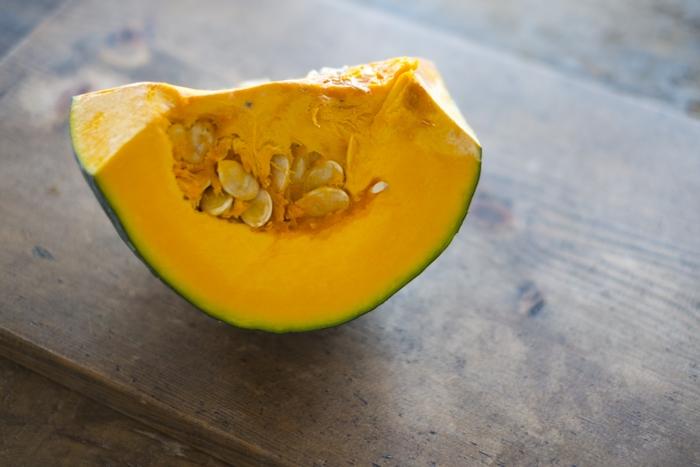 かぼちゃはスプーンを使えばワタと種が簡単に取れます。ひと口大に切ったら電子レンジ対応皿に入れラップをかけて500wのレンジで約6分加熱します。