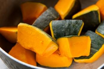 かぼちゃの食感がしっかり残るのがお好みな方は粗熱が取れるまでそのままで、マッシュ状のものがお好みな場合はアツアツのうちにつぶすとなめらか食感に仕上がります。