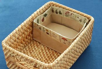 さらに、こちらのブロガーさんの素敵なアイデアは、紙袋を使って作ったという、手作りの「仕切りケース」。