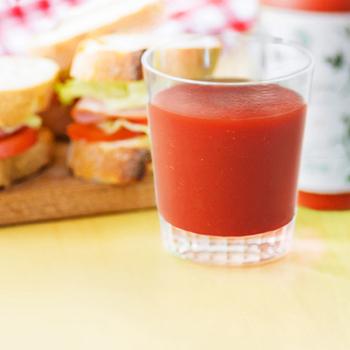 トマトは好きでもトマトジュースは苦手…という方は案外多いもの。そんな時は、ジュースを料理にアレンジ!これなら美味しく楽しめ、しかも効率的に栄養を摂れると、良いこと尽くしです。