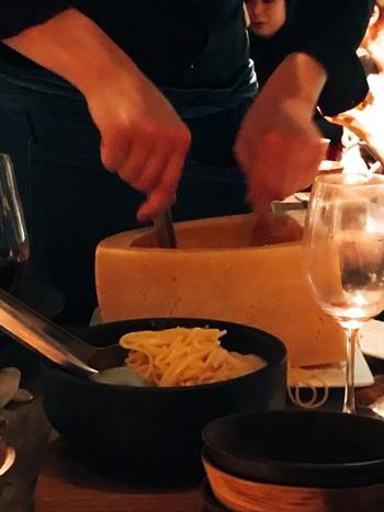 お店の人気は、1日限定10食のチーズの器で絡めるカルボナーラ。濃厚なチーズが絶品です♪