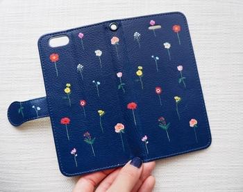 シンプルながら細かいタッチで書かれた花柄は、子供っぽくならず大人可愛いデザインで目を引きますね。手帳型はポケットや鏡がついていて機能性も抜群です。