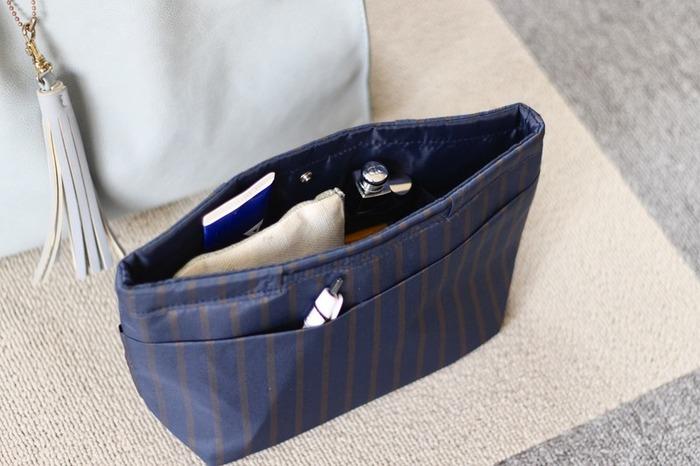 バッグの中身をもっと機能的にするアイテムをご紹介します。バッグインバッグやポーチを選ぶときに重視する点は、「かさばらないサイズ感」と「軽量」であることです。スリムな形状であれば、バッグの中の限られたスペースを有効に使いつつ、必要なものをきちんと収納できます。ミニマムなバッグに大仰なポーチ類は不釣り合いです。薄くて軽い実用的なものを選びましょう。