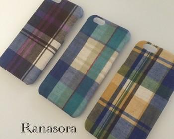 マドラスチェックがポイントのスマホカバーは、布の質感を感じられサラっとした手触りが特徴。淡くくすんだ色合いが可愛く、3種類どの色も欲しくなってしまいそうですね。