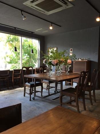 打ちっ放しの床にどっしりとした木の大テーブル。季節の生花がアート作品のように活けられ、大きなタンノイスピーカーがレトロな雰囲気を引き立てます。窓辺には静かにくつろげるカウンター席も。