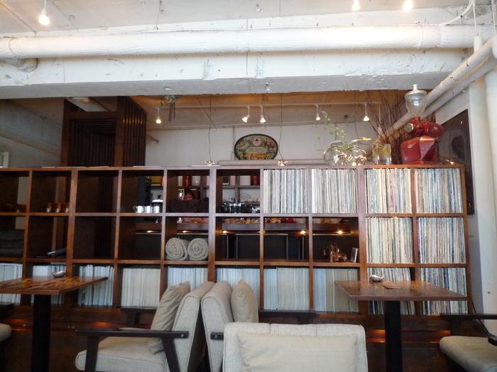 店名からもお察しの通り、店内にはいつもジャズが流れています。アナログレコードが詰まった棚の奥には、ひとり時間にぴったりのカウンター席もありますよ。
