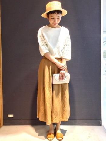 くったりとしたリネンのガウチョパンツはスカート感覚で、フェミニンなトップスト好相性。ナチュラルハットとフラットサンダルで、爽やかな季節感をプラスした大人のサマーコーデです。