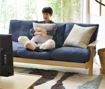 深さのあるソファの場合、あぐらをかいて座ることができるのもポイント。映画などをじっくり鑑賞する場面にぴったりですね。