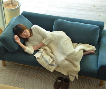また、ちょっと横になって仮眠をとりたい時にも助けてくれるのが深さのあるタイプ。低いアームのものを選べば、ゆったりと横になれそう。