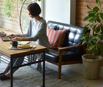 横になるというよりは、昼間のちょっとしたデスクワークもできる場所にしたい。そんな人には座面が浅く、高いデザインがお勧め。座り心地もふんわりと言うよりは、張りのある質感を選んで。
