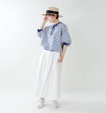ふんわりとしたデザインのブルーボーダーシャツ×白のパンツの爽やかなマリンボーダースタイル。風が通りぬけるようなエアリー感が心地よいスタイリングです。