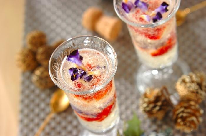 華やかに弾けるスパークリングワインの香りとフルーツの酸味、ジュレのぷるぷる食感が一体になった、贅沢なデザートドリンク。イチゴやエディブルフラワーを飾って彩りも華やかに。