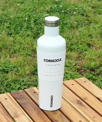 アメリカ・フロリダ発のブランドCORKCICLE(コークシクル)の保冷保温ボトルです。底の方が少しだけ細くなっている、人間工学にかなった持ちやすいデザインが特徴的。爽やかなホワイトカラーなので、どんなファッションにも合わせやすいのが嬉しいですね。
