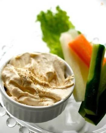 自家製サワークリームがあれば、ディップを作るのも超簡単。瑞々しいお野菜は細長くカットして、軽くつまめるようにしておくと酒の肴にもなりますね。