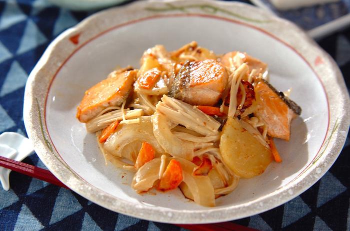 魚とお野菜をたっぷりとアレンジして、サワークリームと柚子胡椒で味付けた大人のための炒めものです。ボリュームのあるおかずとしてごはんにも合いますし、日本酒にもぴったりです。